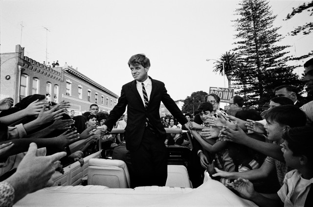 Kennedy-Campaigning-in-California